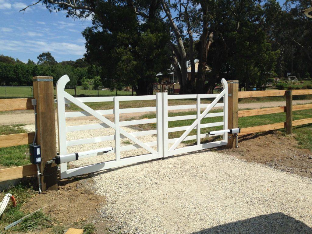Swinging domestic gates