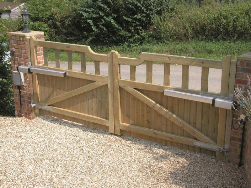 Automatic swinging gates for the home